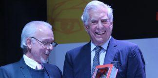 Mario Vargas Llosa recibió el premio FIL Lima 2019 de la Cámara Peruana del Libro de la mano de su presidente José Carlos Alvariño.