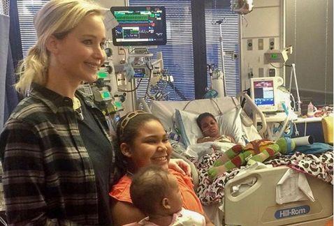 Jennifer Lawrence pasa la navidad visitando a niños con cáncer