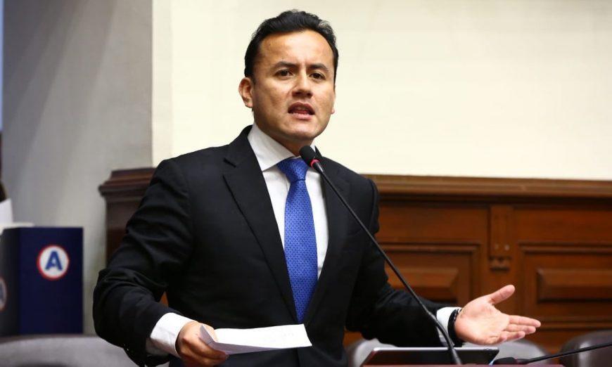 Acuña propone reducir sueldos de congresistas y altos funcionarios
