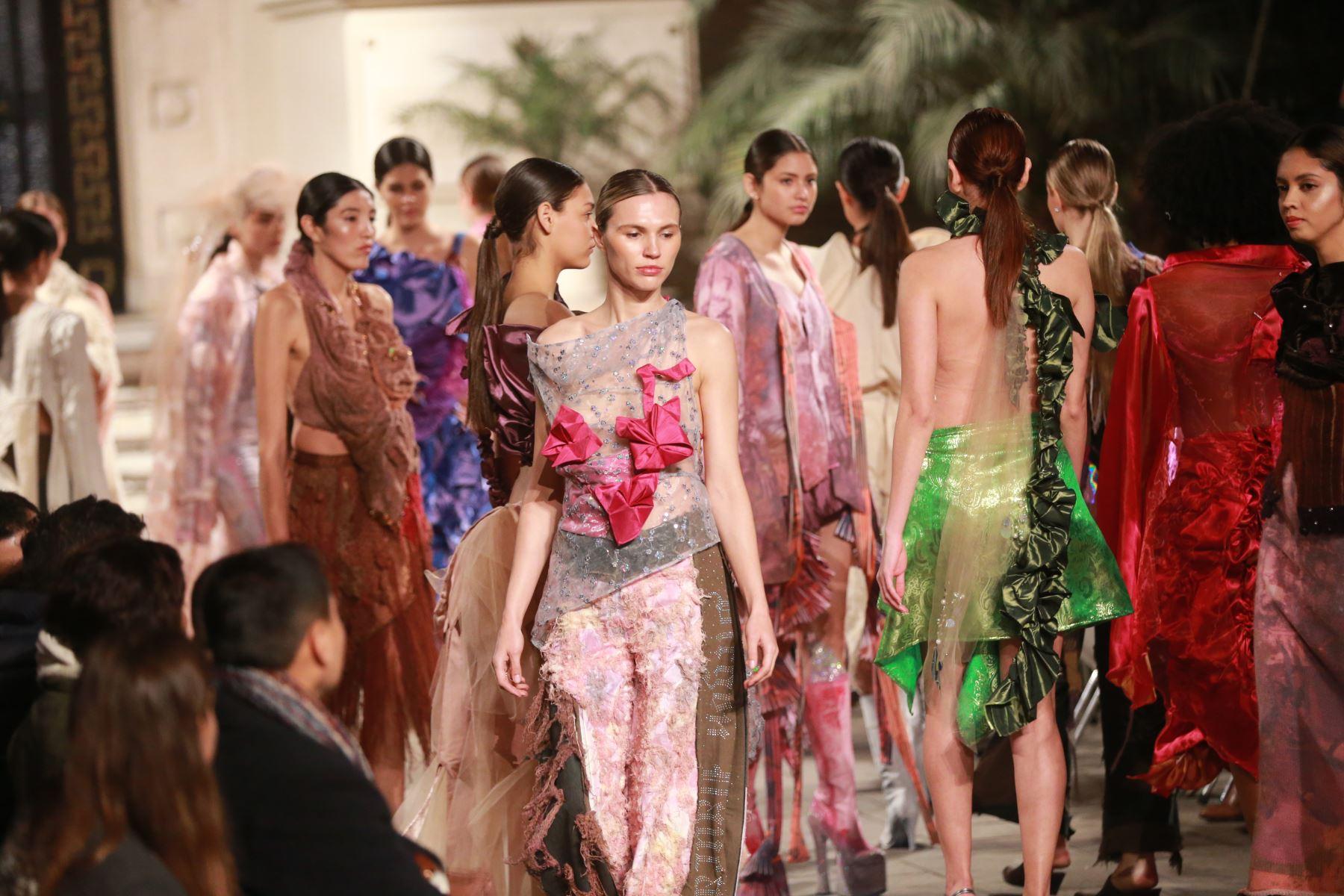 Desfile de indumentaria inspirada en la cultura peruana con los ganadores de uno de los proyectos culturales que convocó Culturaymi.