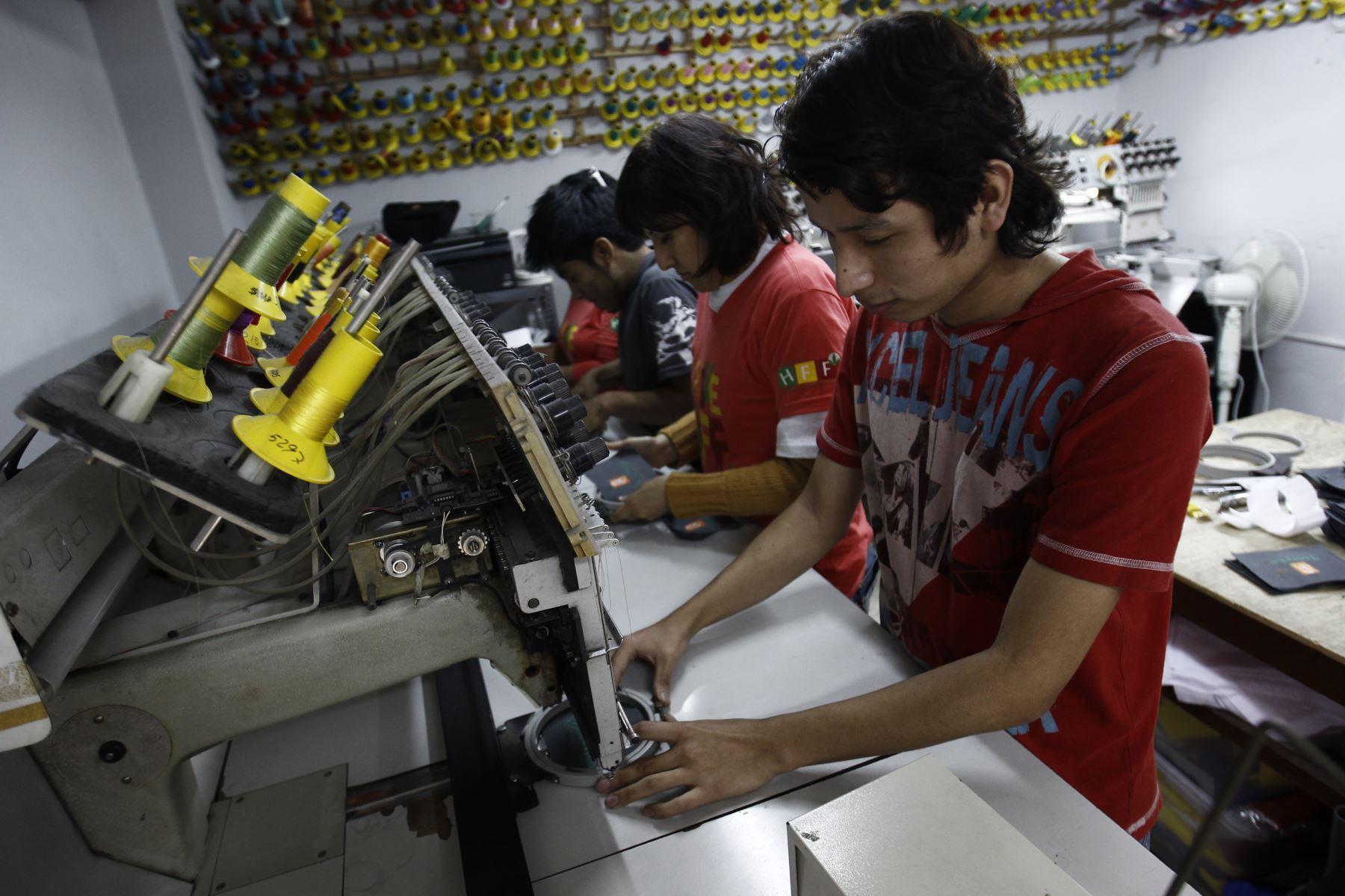 Peruanos trabajan más horas a la semana