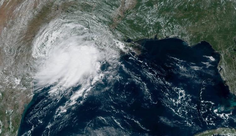 Humberto cae sobre Bermuda e Imelda ya golpea a Houston