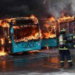 Arden 5 buses y 167 heridos por protestas en Santiago