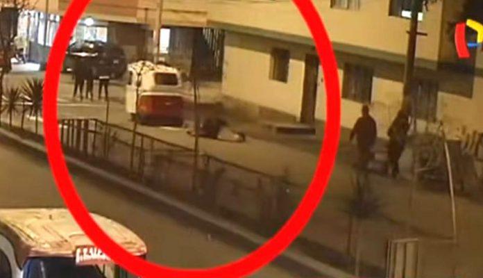 Ladrones en mototaxi la arrastran varios metros