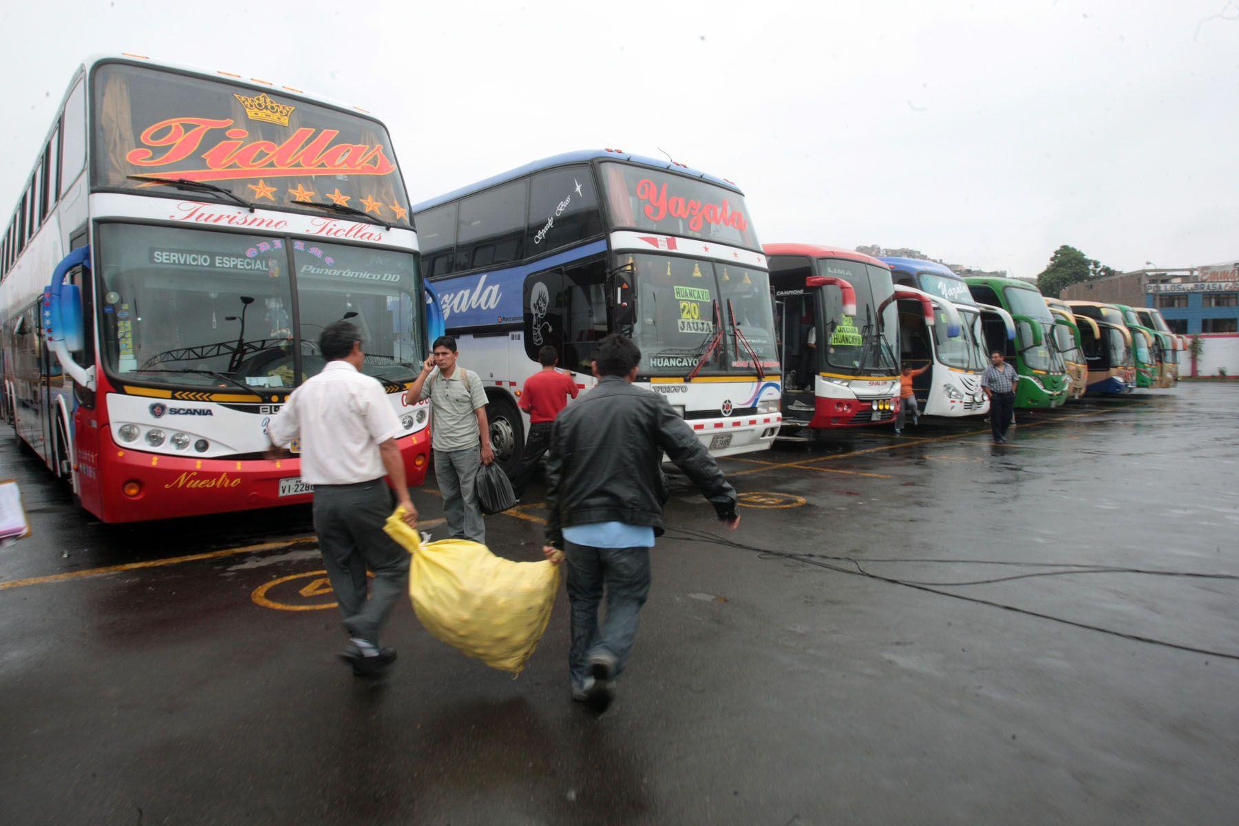 Transportistas paran por  injusta devolución del ISC