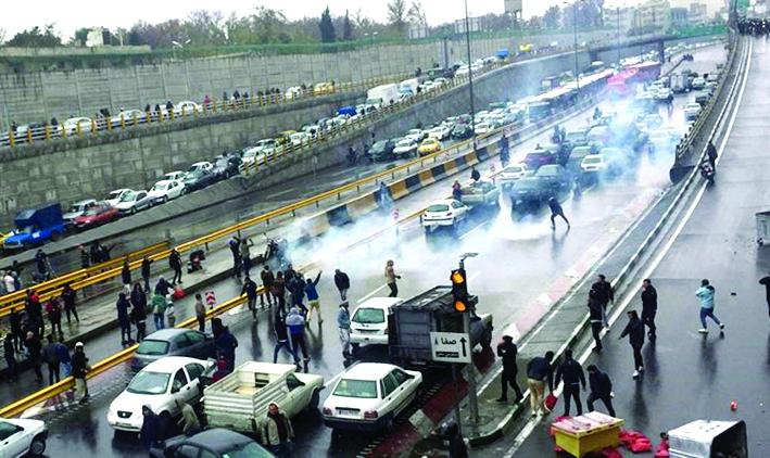 Matan a policía y arrestan a mas de mil en protesta