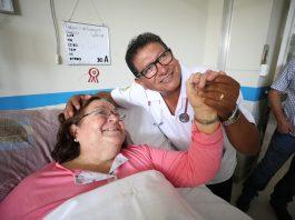 Médico de EsSalud en Tacna canta a sus pacientes para aliviar depresión y estrés causada por estancia hospitalaria.