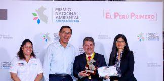 """Jorge Quintana, alcalde de Jesús María, recibe del presidente Martín Vizcarra el premio ambiental """"Antonio Brack Egg""""."""