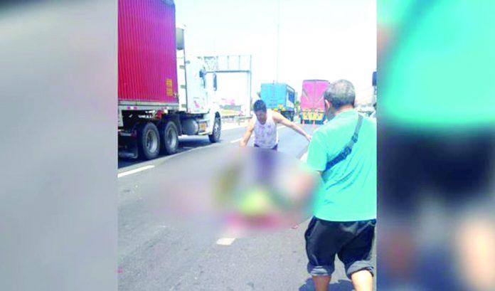Transporte de carga lo arroyó en la panamericana sur Policía motorizado muere atropellado por camión Trágico final. Un efectivo de la Policía Nacional del Perú (PNP) encontró la muerte, tras ser atropellado por un camión de carga pesada, cuando manejaba su motocicleta a la altura del kilómetro 24.5 de la Panamericana Sur, en el sector de Lurín. El accidente de tránsito ocurrió al promediar las 11:30 de la mañana. El suboficial de Tercera Alexis Franco Chipan Rosales manejaba su moto lineal de placa PL-23756 con sentido de norte a sur, en un recorrido de rutina. Su suerte cambió cuando su unidad móvil colisionó con el camión dedicado al transporte pesado, de placa T3C-991, conducido por el chofer identificado como Vicente Salgado Almanza. Tras la colisión, el policía salió disparado de la moto y, al caer al suelo, terminó por ser atropellado por el vehículo de carga pesada. Su muerte fue instantánea. Hasta el lugar llegaron efectivos policiales de la comisaría de Lurín, para cercar la zona y esperar al representante del Ministerio Público, a fin de que ordenen el levantamiento del cadáver. Se supo que el agente fallecido trabajaba en la comisaría de Villa María del Triunfo (VMT). Asimismo, se intervino y condujo a la dependencia policial al conductor del camión, para que rinda manifestación. En ese proceso, Vicente Salgado Almanza dijo que al momento del choque se dirigía a un grifo para recargar de combustible a su unidad, la cual también fue llevada a la comisaría de Lurín. El accidente de tránsito generó que un sector del kilómetro 24 de la Panamericana Sur sea restringido parcialmente, ocasionando congestión vehicular. La Policía intentó restablecer la fluidez del paso de los autos. Leyenda: Policía atropellado trabajaba en la comisaría de Villa María del Triunfo