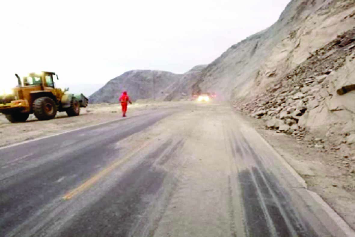 Restringen el tránsito por derrumbes en Panamericana Sur