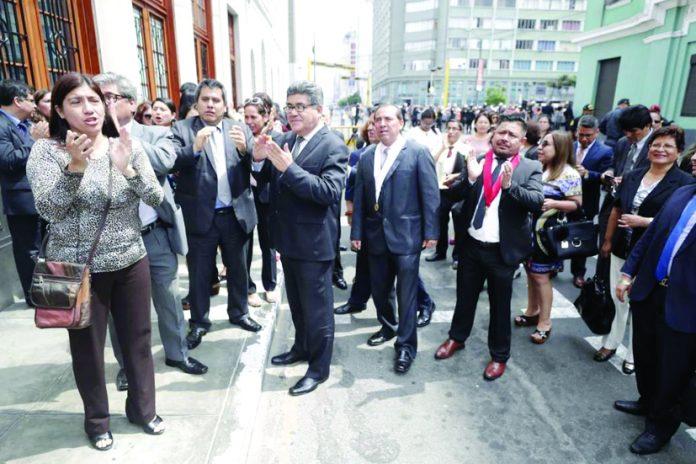 Decenas de jueces y fiscales de todo el país marcharon este viernes por las calles de Cercado de Lima