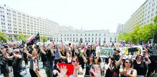 """Miles marchan de negro y en silencio contra la """"represión"""""""