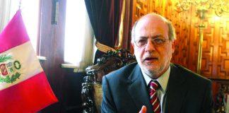 """Daniel Abugattás asegura que """"si un funcionario público le hace caso u obedece a un civil cualquiera, comete delito""""."""