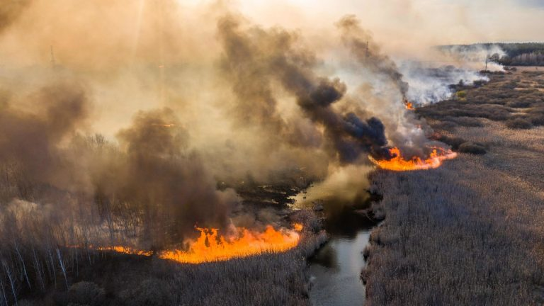 Incendio amenaza a residuos equivalentes a 500 bombas atómicas