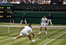Roger Federer frente a Novak Djokovic en la final de Wimbledon 2019.