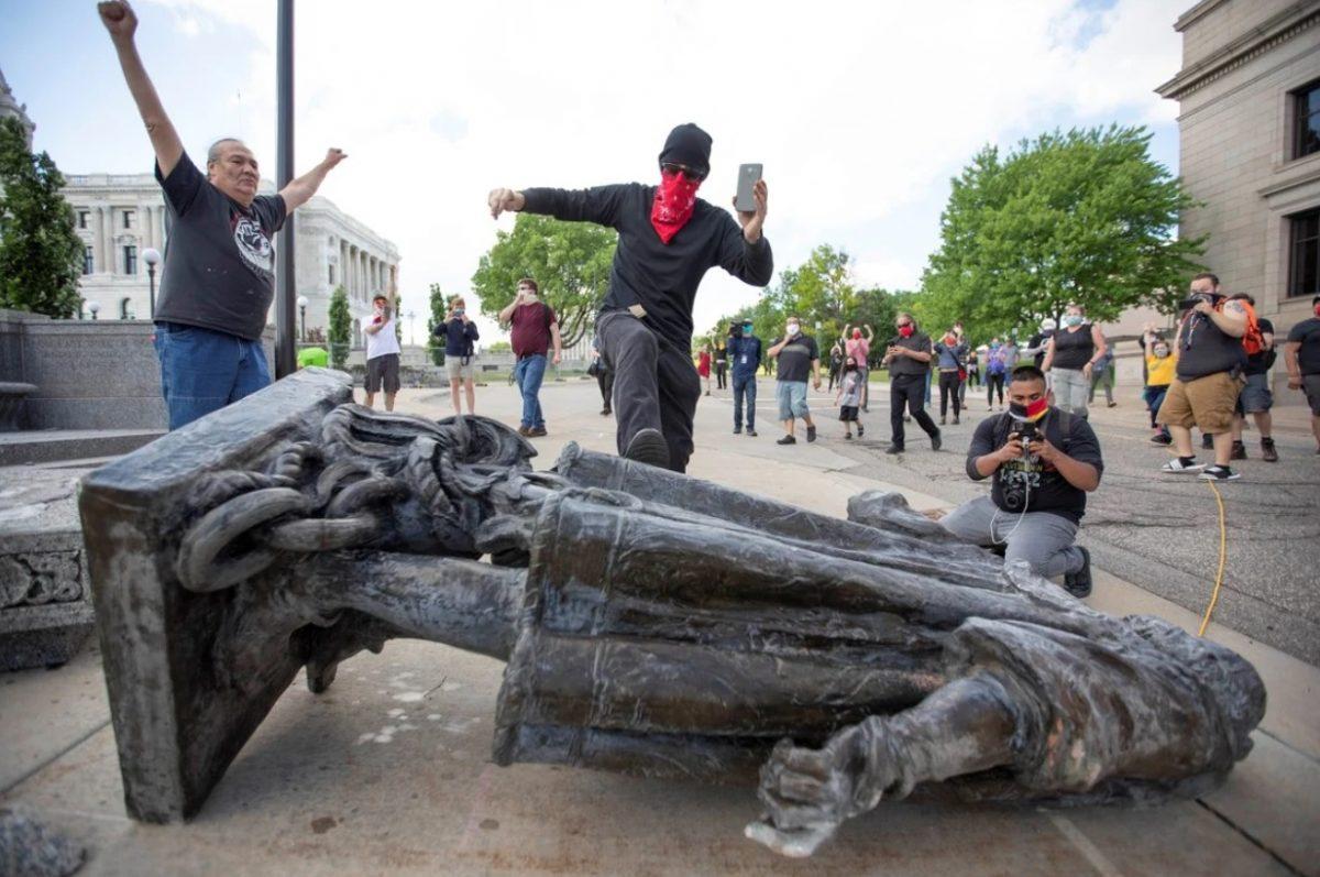 Manifestantes derriban 2 estatuas de Colón y vandalizan otra en los EE.UU.