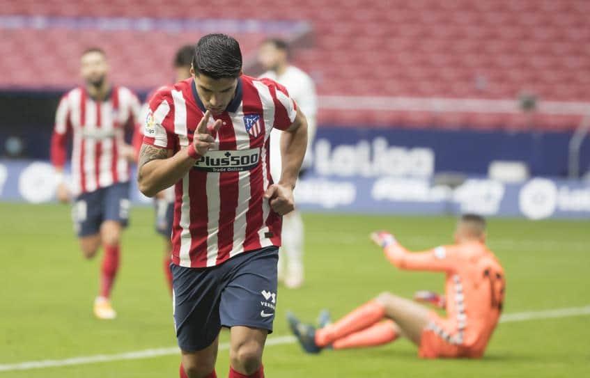 El Atlético líder se recupera con doblete de Luis Suárez