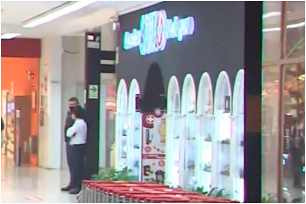 Delincuentes armados asaltan relojería en supermercado