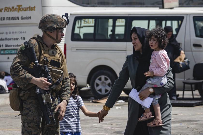 Estadounidenses y afganos serán evacuados hasta después de agosto