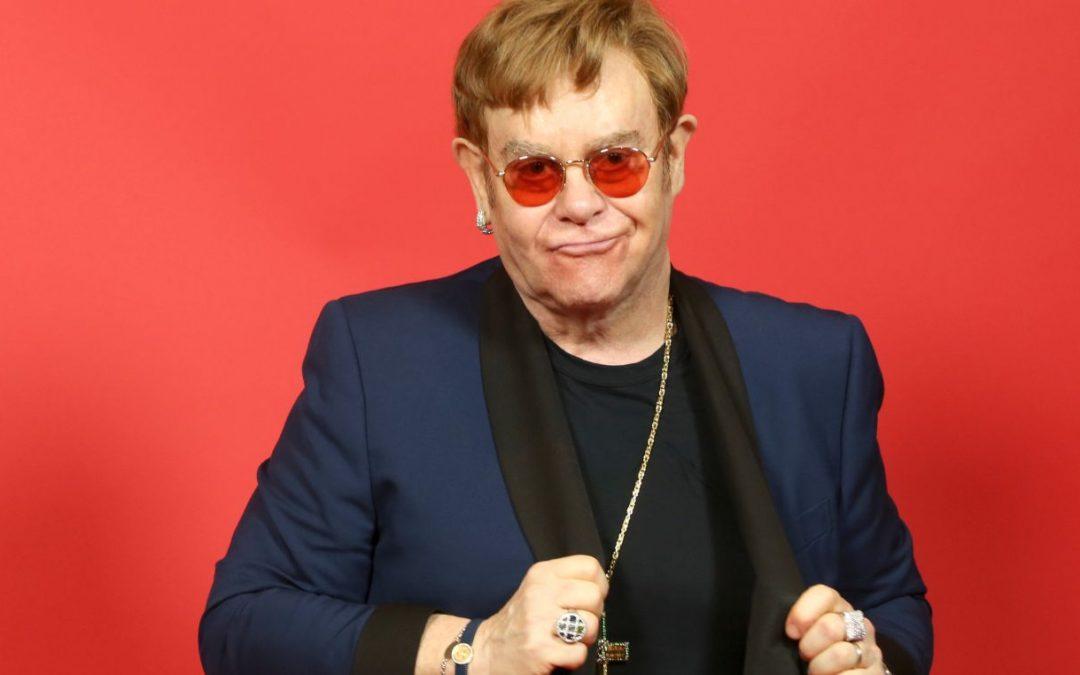 Elton John pospone gira por Europa hasta el 2023 por problemas de salud