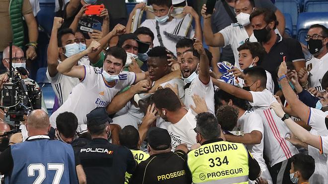 El Bernabéu se divierte al ritmo de los franceses