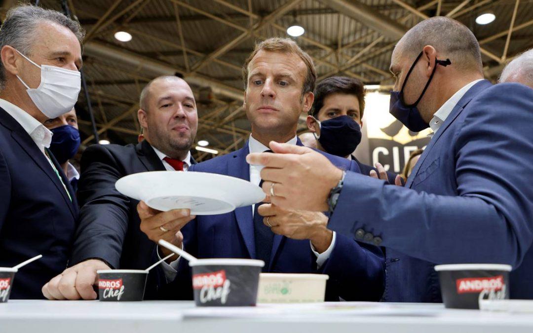 Le tiran un huevo al presidente de Francia Emmanuel Macron