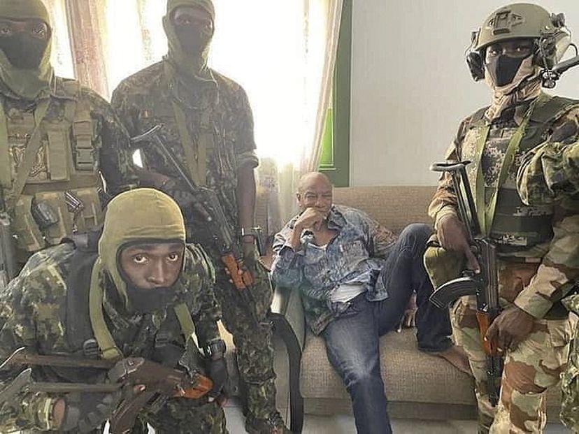 Grupo de militares dan golpe de Estado en Guinea y detienen al presidente