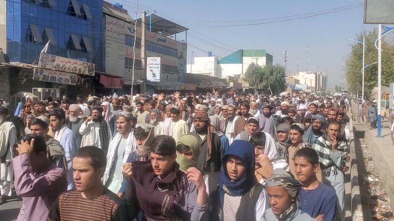 Talibanes quieren desalojar familias afganas y hubo protestas masivas en Kandahar