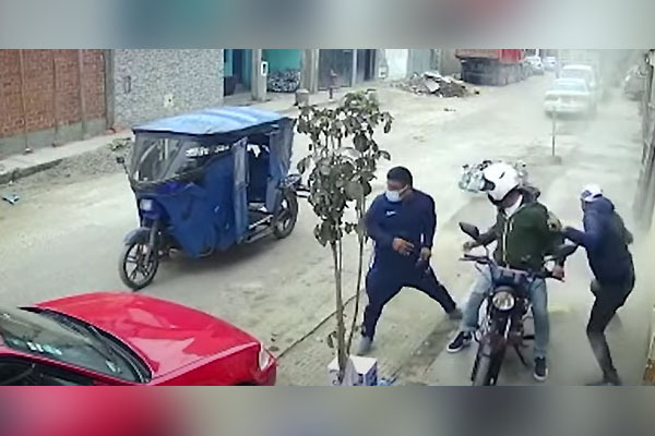 Obreros frustran asalto al lanzar bolsa de cemento