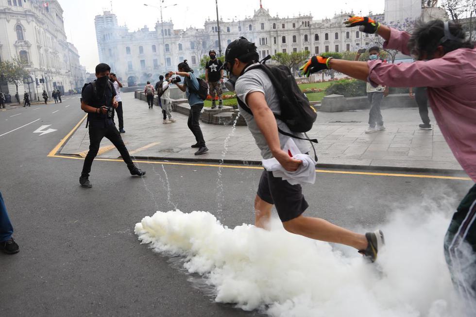 Con gases y varazos reprimen a manifestantes