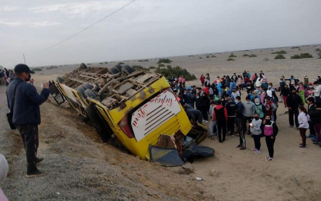 Dos muertos y 67 heridos deja vuelco de bus en Lambayeque