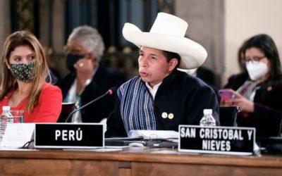 Papelón de Pedro Castillo durante  cumbre internacional en México