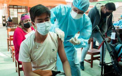 Jóvenes mayores de 21 años ya están yendo a recibir su primera dosis de la vacuna