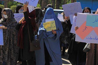Mujeres se manifiestan en contra del nuevo gobierno talibán en Afganistán