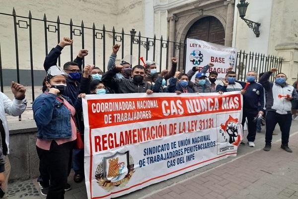 Trabajadores realizan plantón en  frontis del Tribunal Constitucional