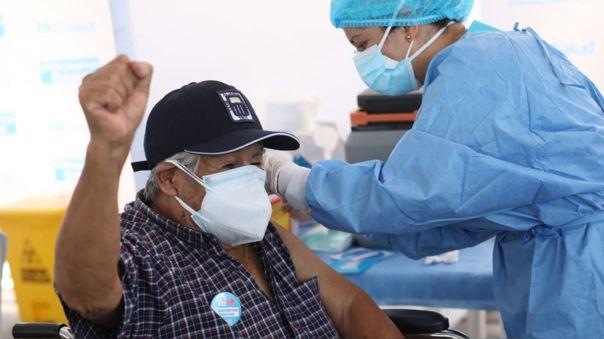 El 75% de la población de adultos mayores ya está vacunada contra la Covid-19, según ministro de Salud