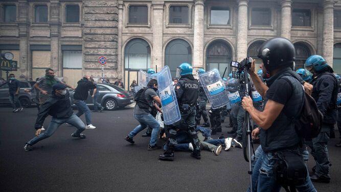 Roma: Enfrentamientos de neofascistas y antivacunas contra la Policía