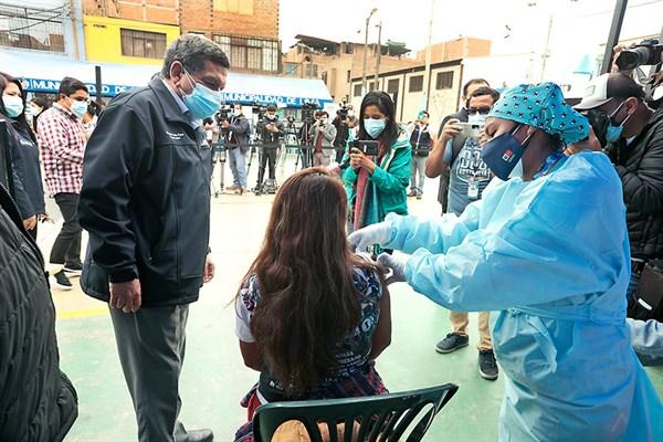 COVID-19: Se inició la vacunación a mayores de 18 con AstraZeneca