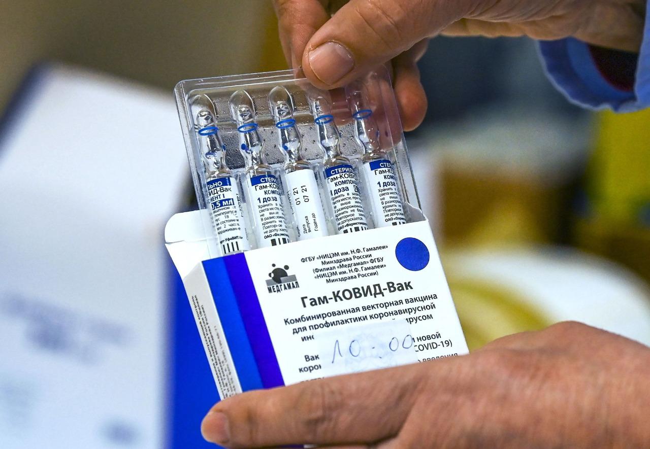 Espionaje británico acusa a rusos de robar fórmula para su vacuna Sputnik