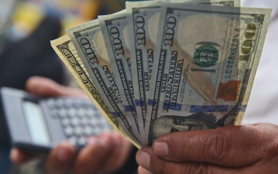 Dólar cerró al alza por voto de confianza